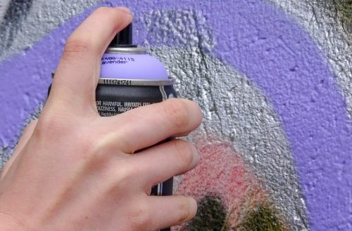 Unbekannte Künstler gestalten Graffiti-Wand