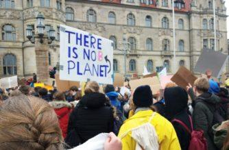 """Freitags gehen sie auf die Straße: Junge Menschen treten bei """"Fridays for Future"""" für eine bessere Klimapolitik ein."""